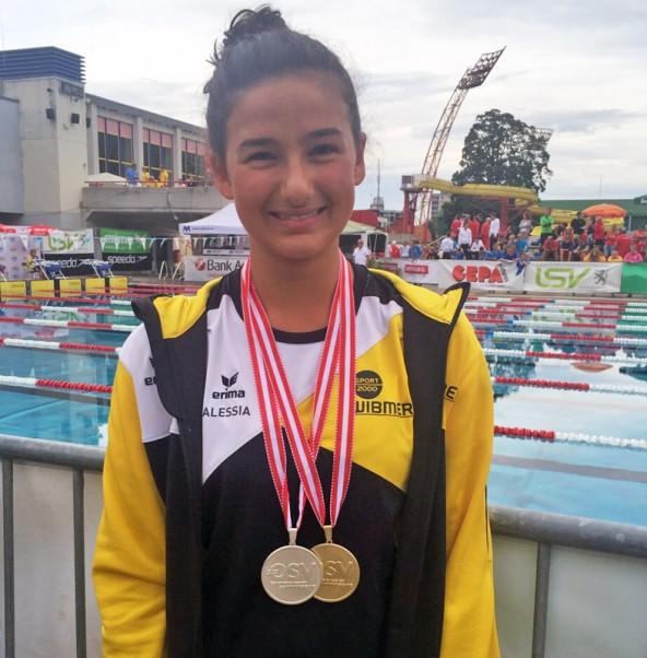 Alessia Kofler freut sich über die beiden Medaillen. Foto: Schwimmunion Lienz