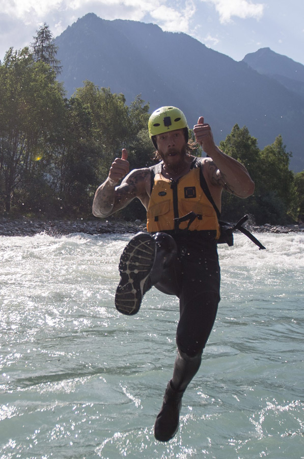 Thomas Raffl beim Sprung in die Isel.