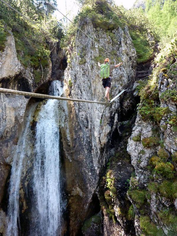 Der Klettersteig führt über vier Brücken und vorbei an einem Wasserfall, der vom Normalweg nicht einsehbar ist. Fotos: Grafik Zlöbl