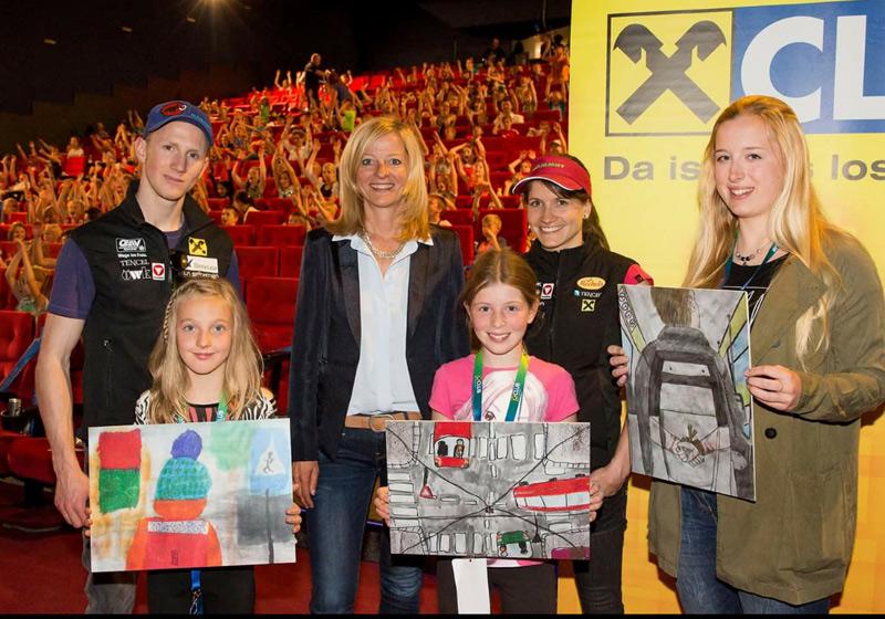 Verena Patterer (ganz links vorne) mit ihrem Siegerbild und zwei weiteren Gewinnerinnen. Hinter ihr: Kletterer Jakob Schubert, Christine Hofer (Raiffeisenclub Tirol) und Kletterin Anna Stöhr. Foto: Raiffeisen