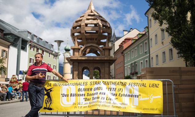 Ein Olala-Brezerl zur Stärkung beim Turmbau. Fotos: Marco Leiter