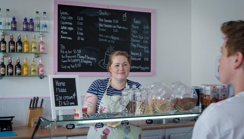 Abby hat ihr Café mit viel Liebe eingerichtet. Genauso liebevoll kümmert sie sich um ihre Kunden.