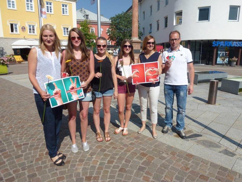LAbg. Kathrin Kaltenhauser (im Bild links), LAbg. Gabriele Fischer (im Bild rechts) und LAbg. Martin Mayerl treten gemeinsam mit der Jugend gegen Gewalt auf. Foto: VP Lienz