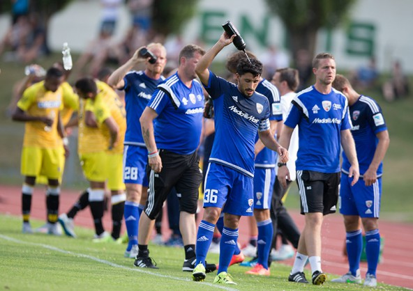 """Almog Cohen, Mittelfeldmotor der Ingolstädter, stammt aus Israel und ist große Hitze gewöhnt, war aber dennoch froh über die Trinkpause im Stadion der """"Sonnenstadt""""."""