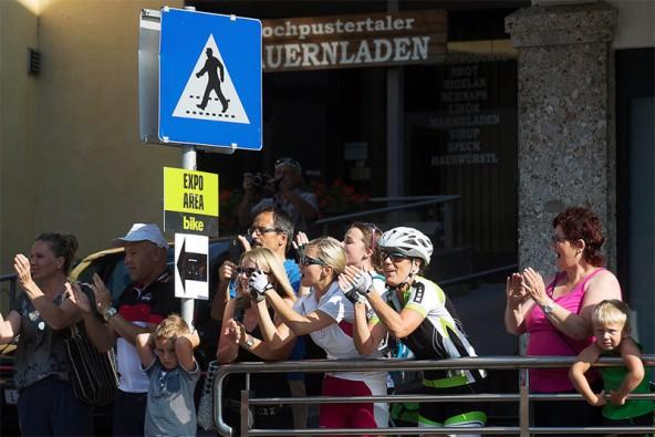 Wo immer die Tour durchkommt, gibt es anfeuernden Applaus. Fotos: biketransalp.at
