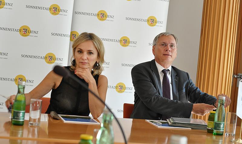 Bürgermeisterin Elisabeth Blanik und Minister Alois Stöger bei der Präsentation des Bahn-Ausbauprogramms im Lienzer Rathaus. Fotos: Dolomitenstadt