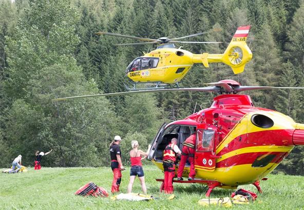 Als sich die Wolken lichteten, flogen zwei Hubschrauber die Verletzten vom Eisleitl zunächst nach Kals. Foto: Expa/Groder