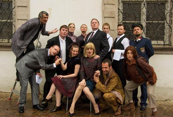 Das erfolgreiche Ensemble der Haller Gassenspiele. In der Mitte mit blonder Perücke: Michaela Wurzer, die aus Osttirol stammende Mitbegründerin der Theaterinitiative. Foto: Hanuschka
