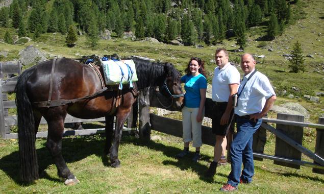 LHStv. Ingrid Felipe, Almobmann Johann Gumpitsch und Nationalparkdirektor Hermann Stotter auf der Hofalm im Debanttal. Foto: NPHT