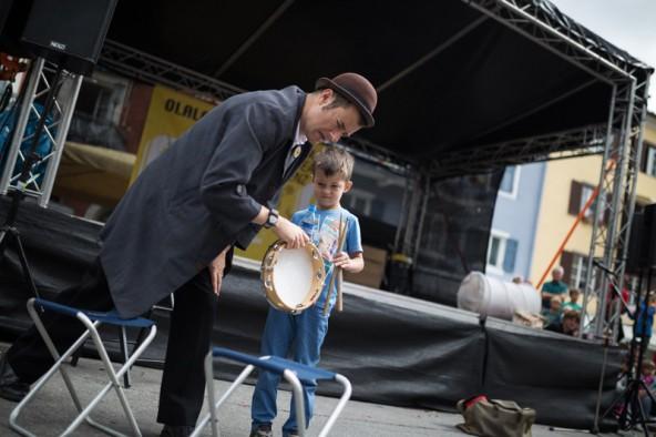 Fraser Hooper und sein kleiner Bühnengast weckten das Publikum auf und erhielten tobenden Applaus. Fotos: Marco Leiter