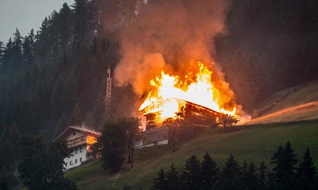 Das Wirtschaftsgebäude am Klaunzerberg brannte bis auf die Grundmauern nieder. (Foto: Brunner Images)