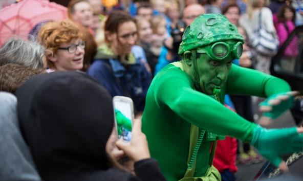 """Sobald """"The Green Man"""" den Verkehr regelt, ist nur eines sicher: Es herrscht Chaos! Fotos: Marco Leiter"""