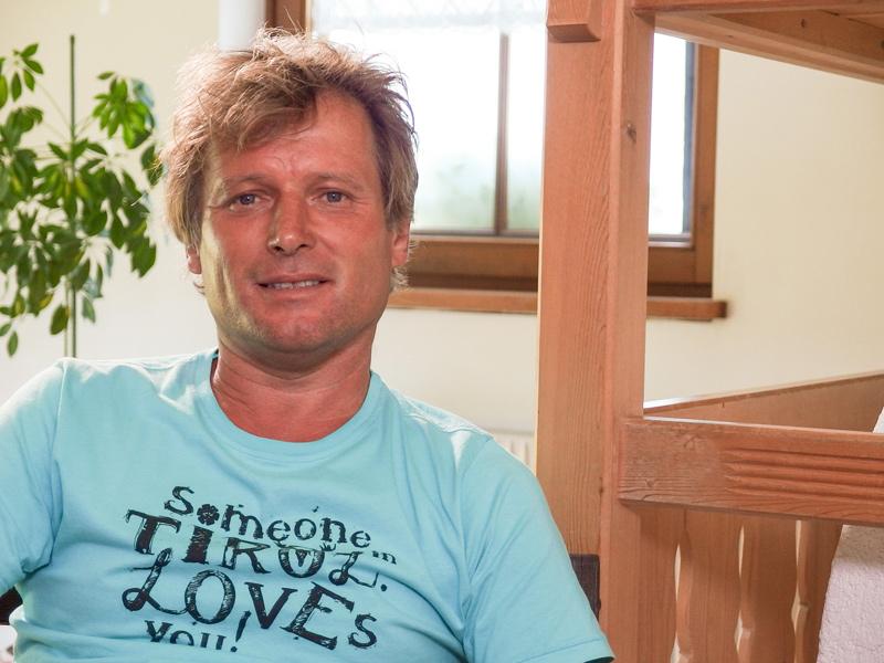 Jochen gilt als umschwärmt, die große Liebe aber, zu der soll ihm Elisabeth T. Spira verhelfen. Foto: ORF/Wega Film/Josef Neuper