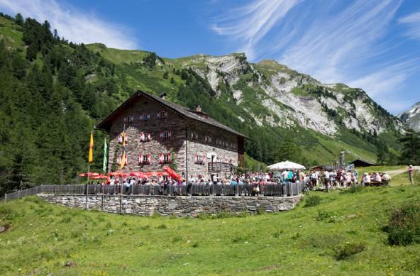 Was für ein Tag! Vor dem Kalser Tauernhaus versammeln sich Berg- und Musikfreunde zur Bergmesse.