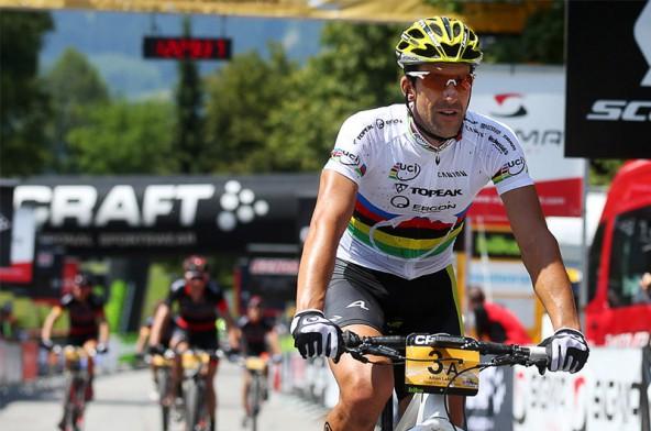 Alban Lakata hat sich warm geradelt. Nach der erste Transalp-Etappe ist er ganz vorn dabei.