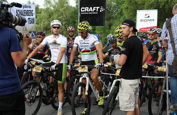 Nach der ersten Etappe stellte sich Stefan Britz mit dem Leader-Trikot des Schnellsten unter 23 neben Gorßmeister Lakata. Am zweiten Tag jagte ihm Simon Schupfer das begehrte Hemd ab.