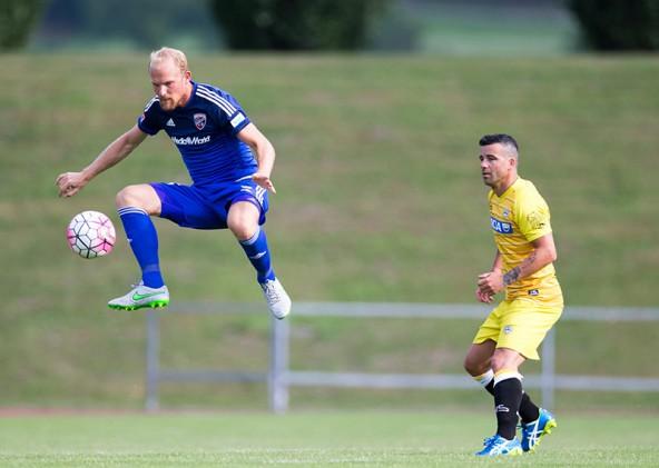 Tobias Levels (FC Ingolstadt) übt sich im Hochsprung mit dem Ball, der große Antonio Di Natale (Udinese Calcio) schaut mit Bewunderung zu. Fotos: Expa/Groder