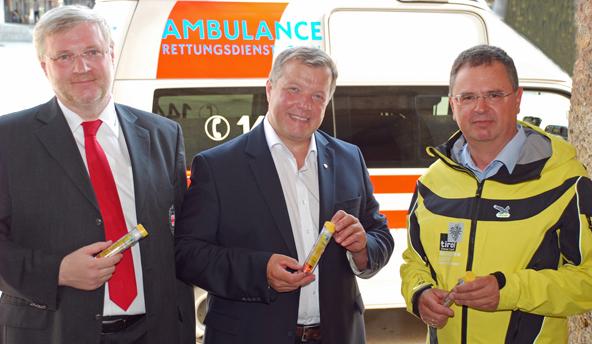 LR Tilg mit Rot-Kreuz-Chefarzt Thomas Fluckinger (li.) und Adolf Schinnerl (Ärztlicher Leiter des Rettungsdienstes Tirol, re.). Foto: Land Tirol/Schwarz