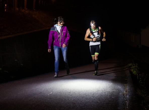 Um 18.00 Uhr ist er in Kaprun gestartet, mitten in der Nacht läuft Markus Amon durch Kals, seine Frau Marianne feuert in an. Foto: Expa/Groder