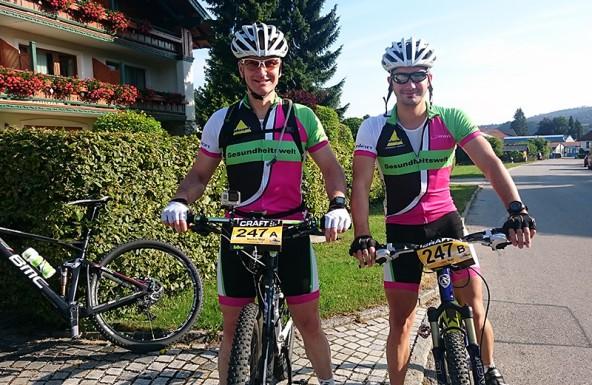Vor dem Start noch guter Laune, doch leider von Pech – bzw. von einem Pferd – verfolgt: Markus und Lukas Mayr.