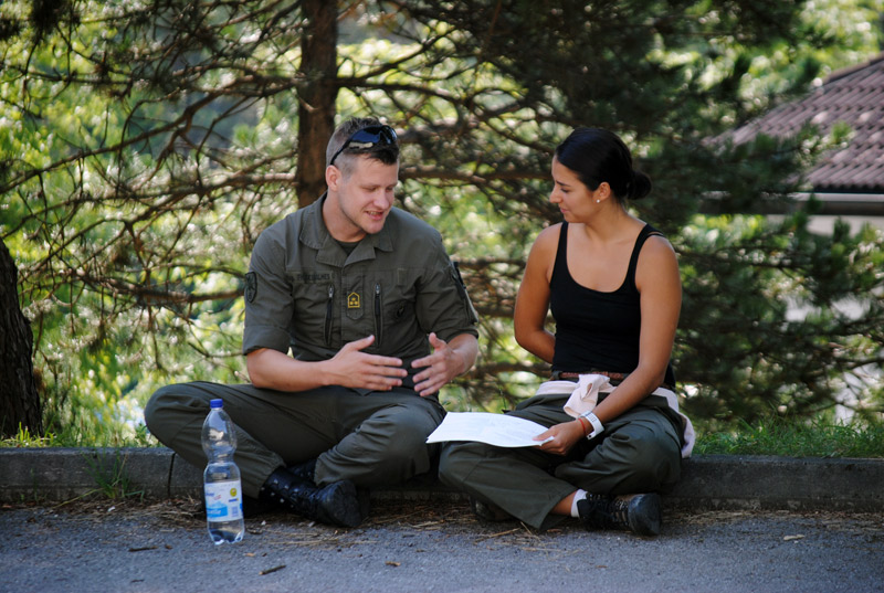 Mit viel Geduld erklärten die Soldaten den Studenten immer wieder, was besser gemacht werden könnte.