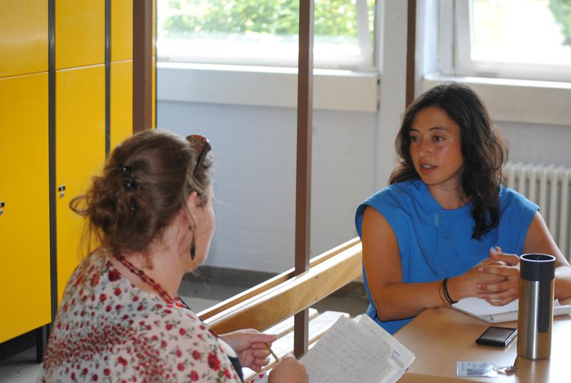 Die Studenten müssen auch lernen, einem Interview mit kritischen Fragen und Manipulationsversuchen standzuhalten.