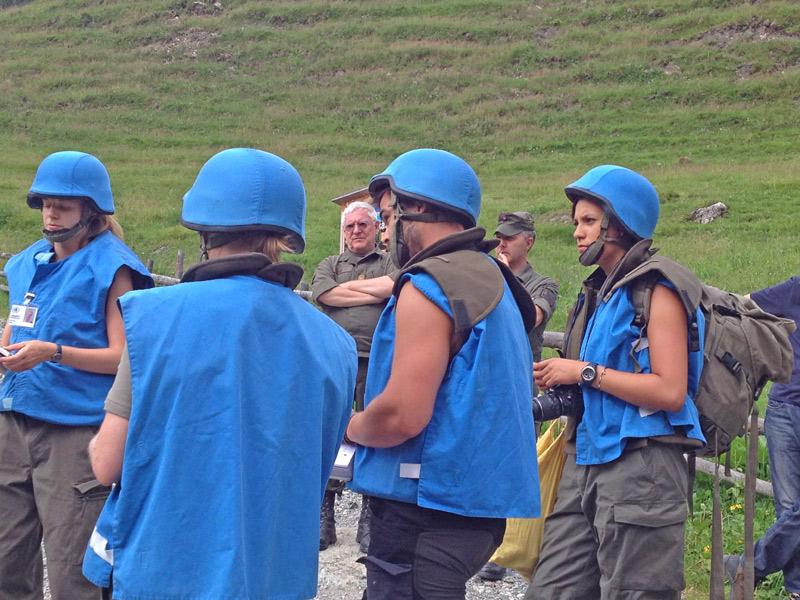 Generalmajor Herbert Bauer beobachtet jeden Schritt der Studenten und seiner Soldaten.