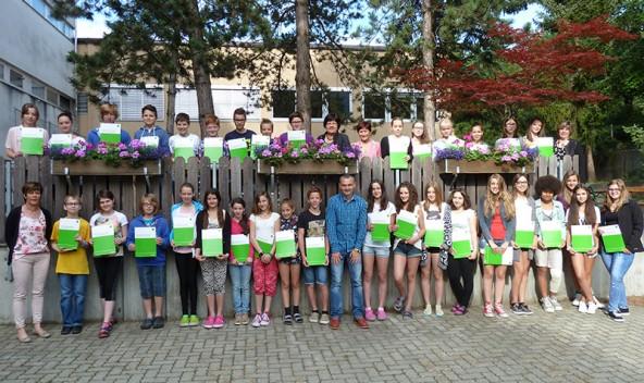 """Gruppenbild der """"zertifizierten"""" Schülerinnen und Schüler der Neuen Mittelschulen in Lienz."""