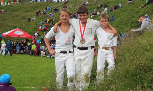 Der Hundstoansieger Simon Lang (Klasse 8 bis 10 Jahre) mit Kevin Holzer (li.) und Elias Oberwalder (re.). Foto: Holzer