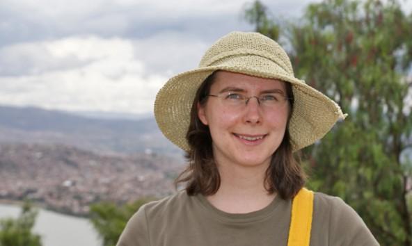 Sarah Kollnig, im HIntergrund die bolivianische Stadt Cochabamba, die für eine Jahr lang ihren Lebensmittelpunkt darstellen wird. Foto: privat