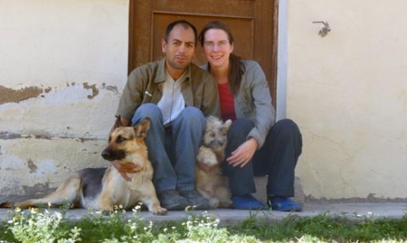 """Sarah Kollnig mit ihrer """"Großfamilie"""" vor ihrem Haus in Cochabamba."""