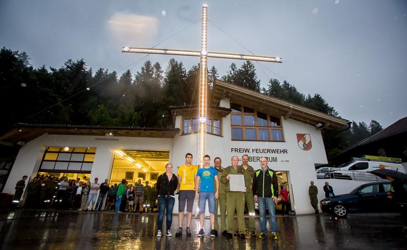 Die Generalprobe hat funktioniert, das Kreuz leuchtet und ist weithin sichtbar.
