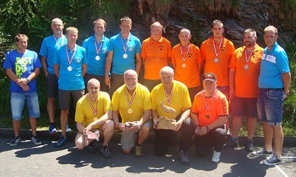 Gruppenfoto mit den besten Teams des Johann Gasser-Gedächtnisturniers in Matrei. Vorne die siegreiche Moarschaft aus Lienz.