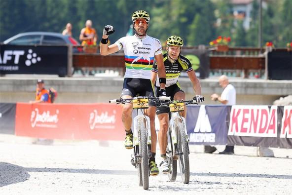 Erster Etappensieg für Alban Lakata in Alleghe.