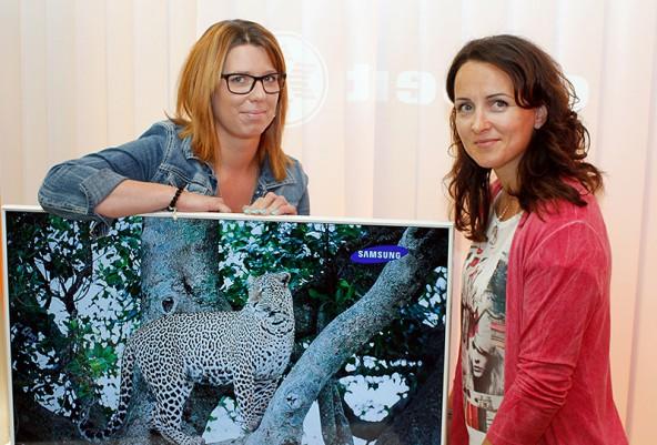 Melanie Ortner von Expert Ortner in Lienz und DOLOMITENSTADT-Mitarbeiterin Evelyn Suntinger mit dem Samsung ...., den Sie jetzt gewinnen können!