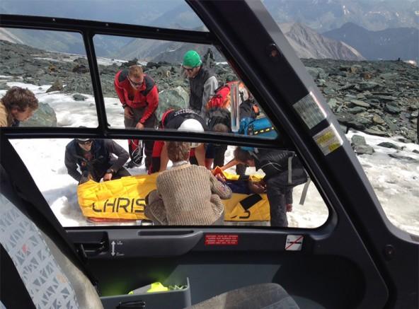 Einer der Verletzten wird vom Rettungsteam für den Flug vorbereitet.