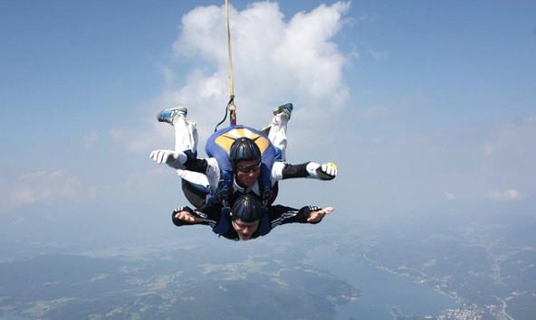 Fallschirmspringen funktioniert auch als Anhängsel! Da braucht man keinen Schirm, aber Mut!