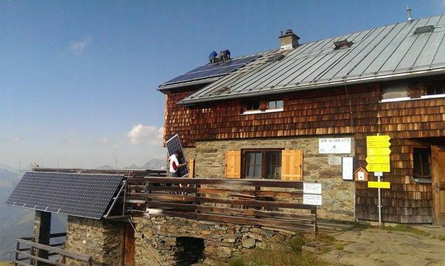 Die Photovoltaik-Anlage der Bonn-Matreier-Hütte wurde erneuert und vergrößert. Fotos: Alpenverein/TIWAG