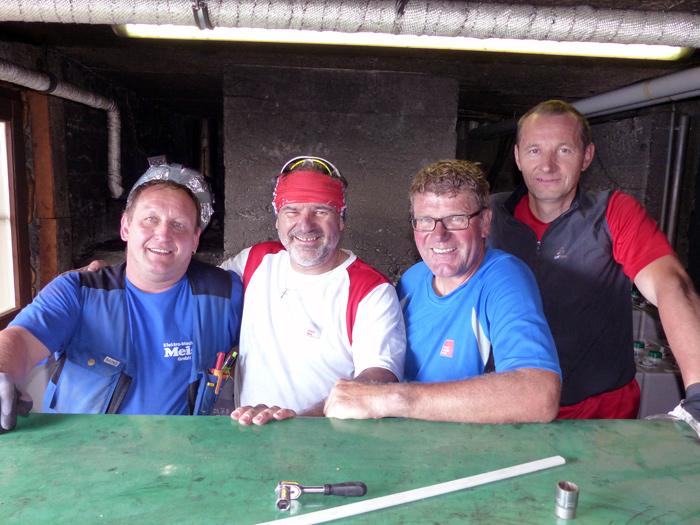 v.l.: Mitarbeiter der Firma Meisl mit den 3 TIWAG-Mitarbeitern: Michael Ganner, Harald Saiger und Roland Taferner im Technikraum der Bonn-Matreier-Hütte