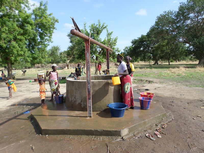 Durch den Brunnenbau der Caritas werden die Menschen in Mali mit sauberen Wasser versorgt. Fotos: Caritas