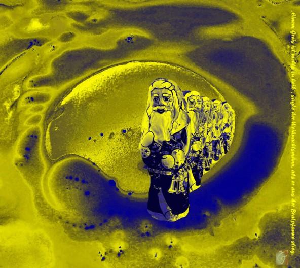 """""""Weihnachtsmannparade"""": Schokoladeweihnachtsmänner scheinen durch das Spiegelei zu waten."""
