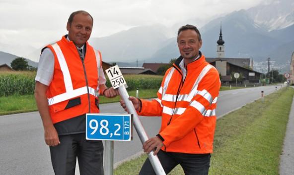 LHStv. Josef Geisler und Christian Molzer (Vorstand Abt. Straße und Verkehr d. Landes Tirol) zeigen die neuen Kilometertafeln. Foto: Land Tirol/Pidner
