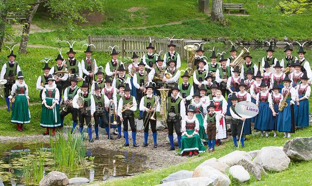 Die Stadtmusik Lienz verlagert das Platzkonzert vor den Schlossteich. Foto: Brunner Images