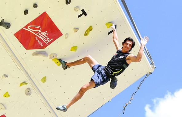 Ali Bartzadeh winkt gechillt in Richtung Erde. Er hat leicht lachen, als einziger erreichte er am ersten Tag die Glocke.