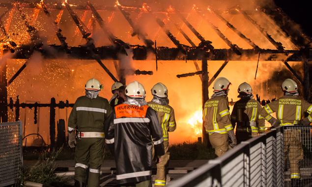 Die Feuerwehr konnte das Gebäude nicht mehr retten, da es beim Eintreffen schon in Vollbrand stand. Foto: Brunner Images