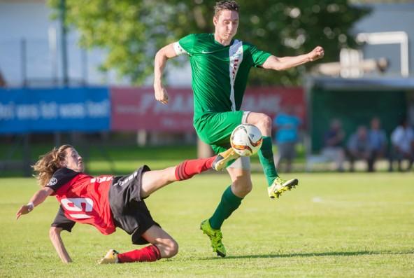 Raoul Iglesias (in rot) kämpft um den Ball. Foto: Brunner Images