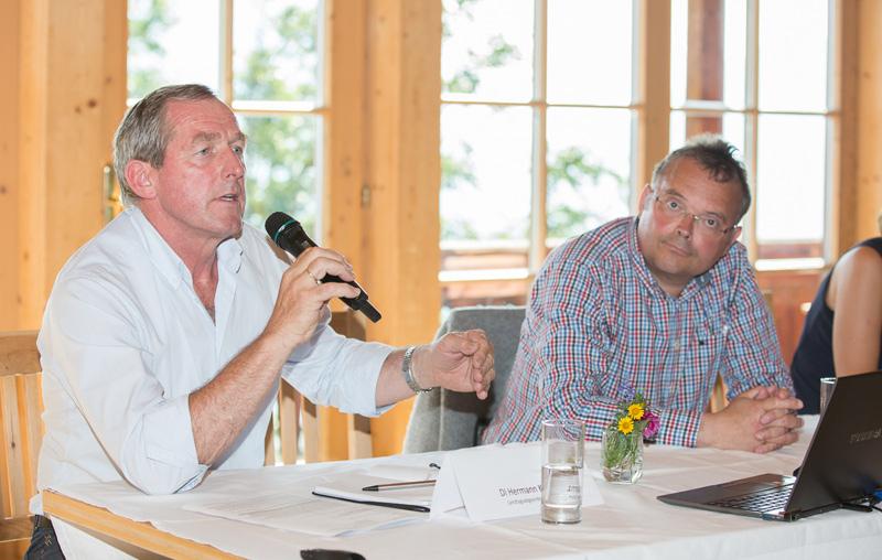Die Abgeordenten, hier Hermann Kuenz und Gerald Hauser, versprachen, sich beim Land und im Gesundheitsministerium für den Ederhof einzusetzen.