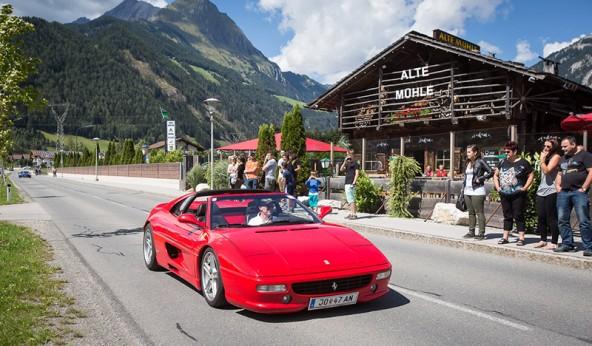 Roter Ferrari vor alter Mühle – Sommerzeit ist Sportwagenzeit! Fotos: Brunner Images