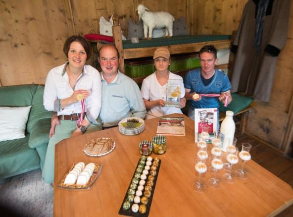 Renate und Philipp Jans und die MItarbeiter Renate Oberhauser sowie Alexander Tembler mit ihren prämierten Ziegenmilchprodukten.