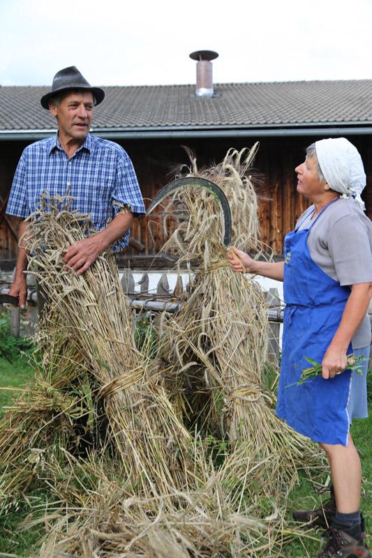 Paula und Hans Reiter bauen ein sogenanntes Garbenmandl auf.